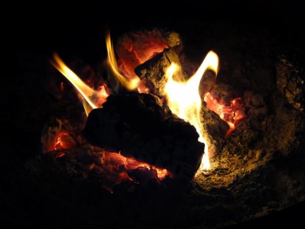 正月飾りをどんど焼きする画像