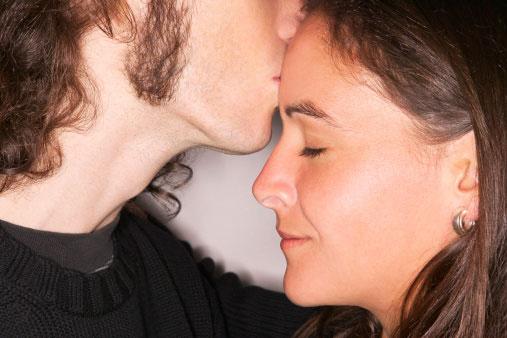 おでこにキスする意味と男性心理