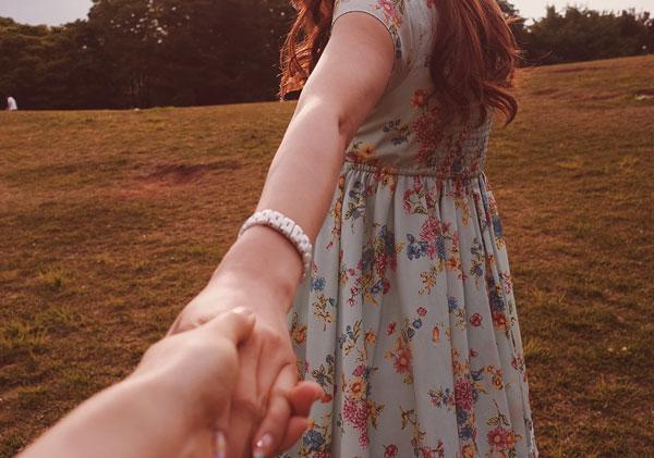 手の甲にキスする意味と男性心理