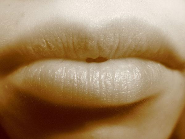 セクシーな唇で誘って彼氏とキスする方法