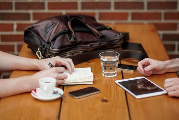 【職場恋愛のきっかけ作り】女性から惹き寄せるアプローチの方法
