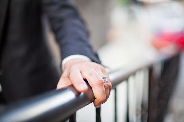 結婚指輪の跡から男性が結婚してるか見分ける方法