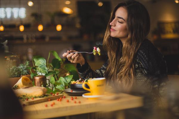 「好きな食べ物は?」に対して男ウケするモテる答え方
